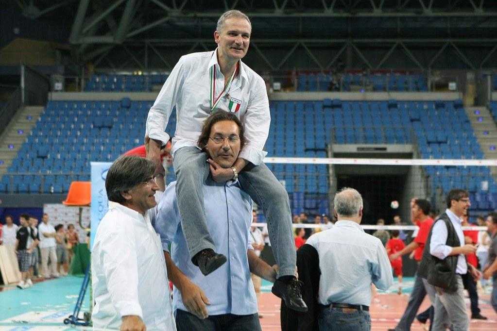 Andrea Zorzi porta sulle spalle Fabio Giulianelli