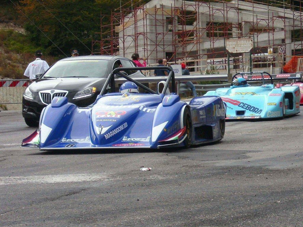 auto che tornano alla partenza dopo la prima manche 2008