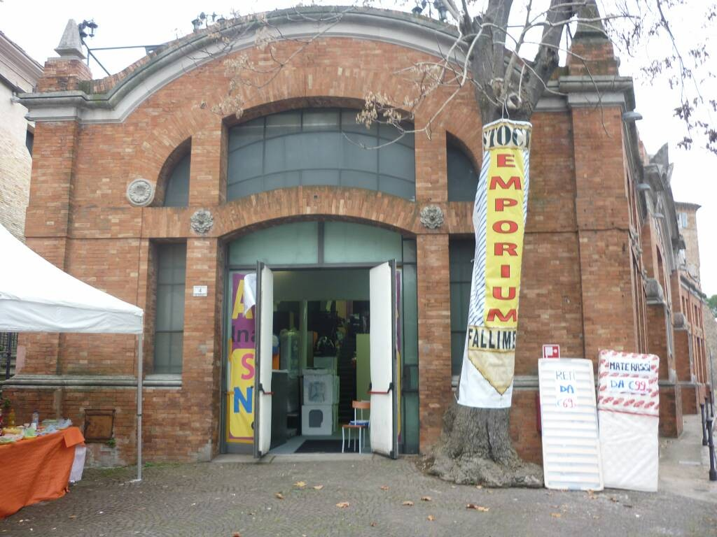 COM'ERA - L'autopalazzo è rimasto chiuso per cinque anni dopo una breve parentesi di un negozio di fallimenti (nella foto)