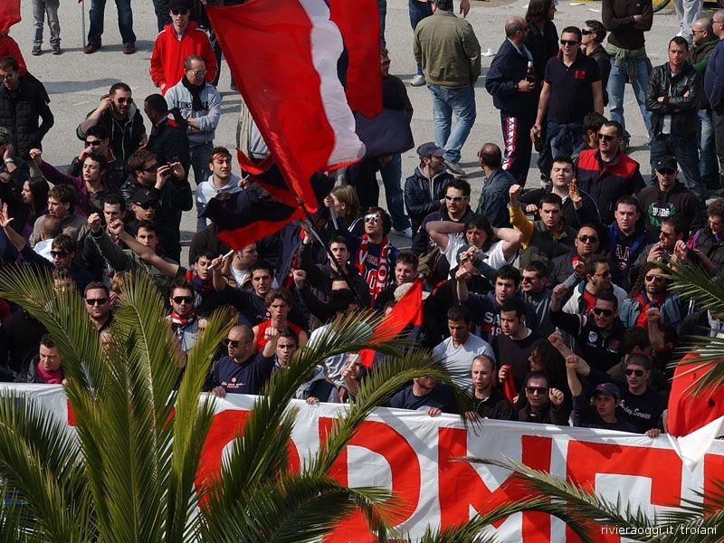 tifosi samb-cremonese fuori dallo stadio