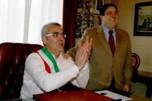 Il sindaco Carancini con il predecessore Meschini durante l'insediamento