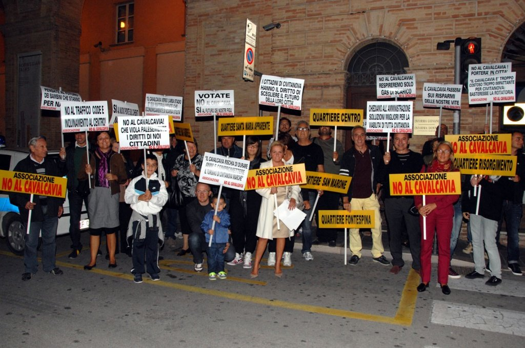 """Una protesta davanti al Comune del Comitato """"No al Cavalcavia"""""""