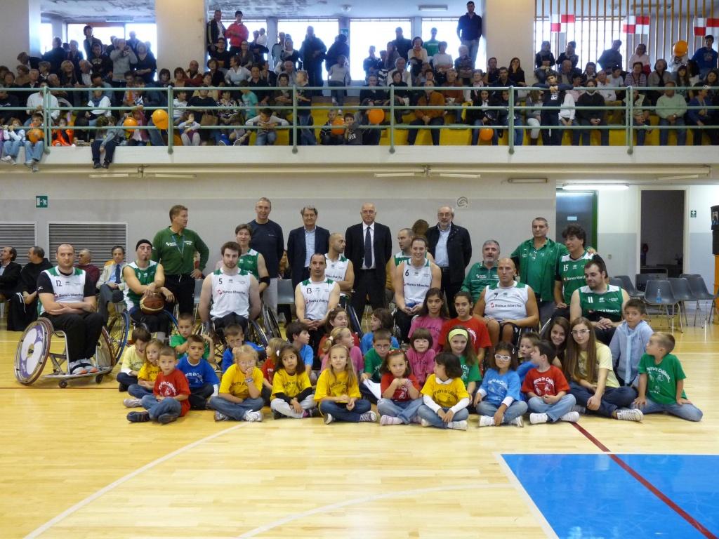 La formazione del Santo Stefano Basket al gran completo