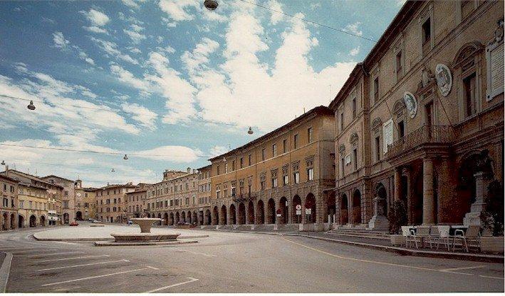 PiazzaSanSeverino-Grande