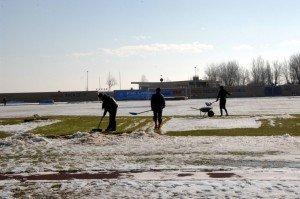 giocatori-della-civitanovese-spalano-neve-campo-1-300x199