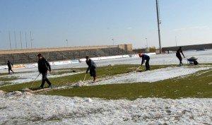 giocatori-della-civitanovese-spalano-neve-campo-2-300x177