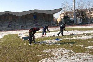 giocatori-della-civitanovese-spalano-neve-campo