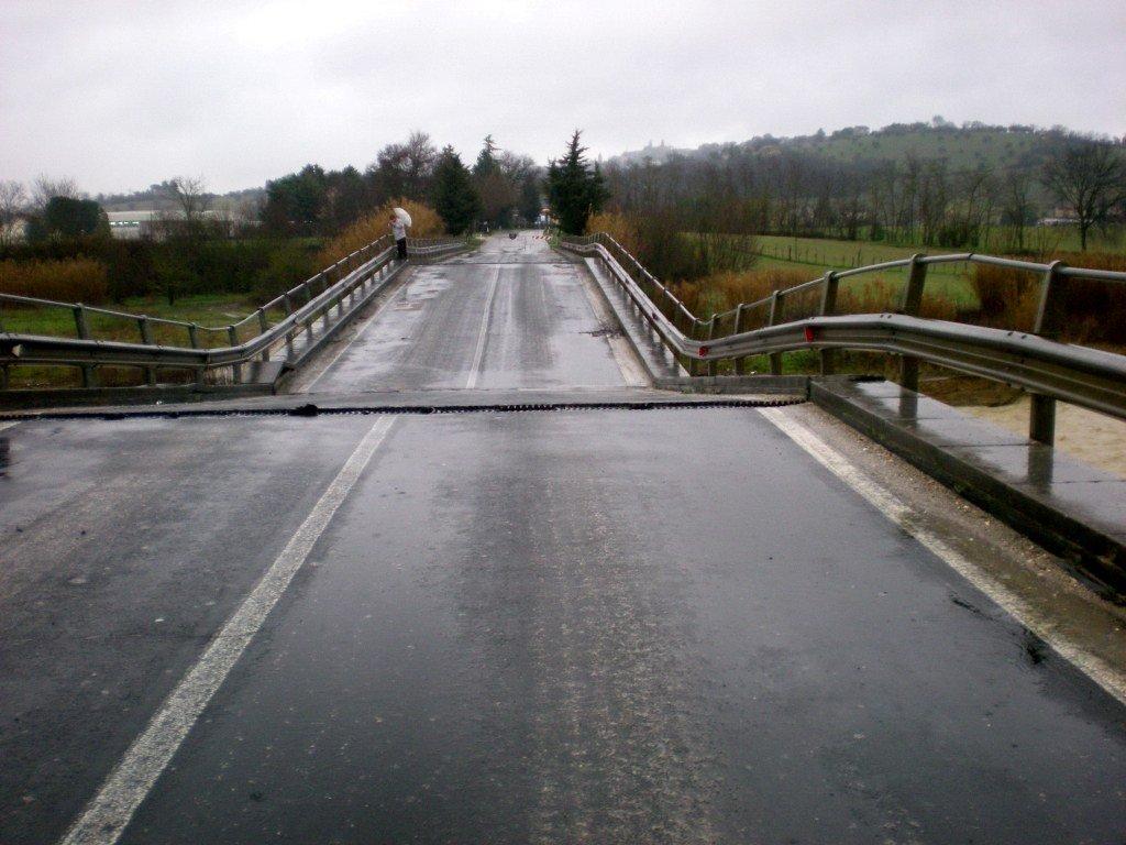 Il ponte di Colbuccaro lesionato dall'alluvione dello scorso marzo