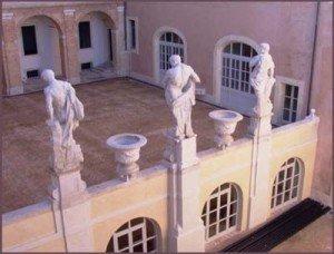 Palazzo_Buonaccorsi_statue400-300x228