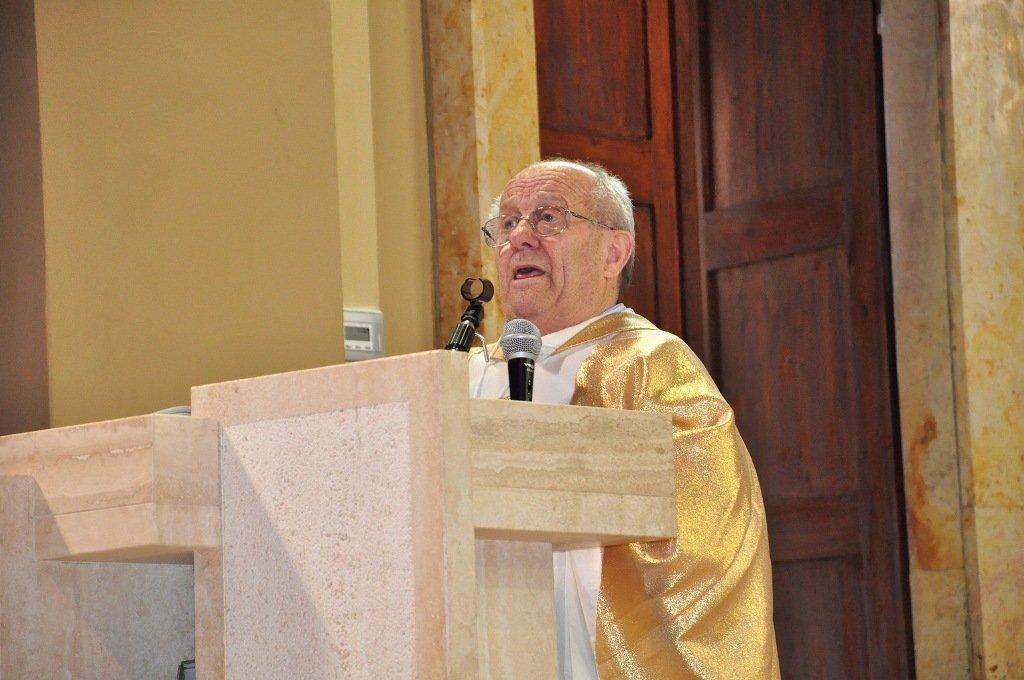 Don Ennio Borgogna durante la celebrazione per il suo 50mo di sacerdozio