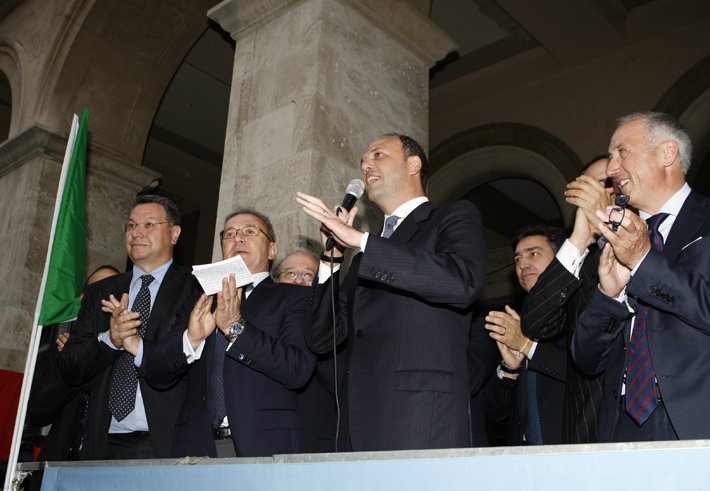Angelino Alfano in un incontro in piazza Battisti, a Macerata