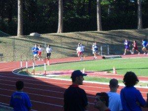 atleti-in-pista-nei-600-mt-piani-300x225