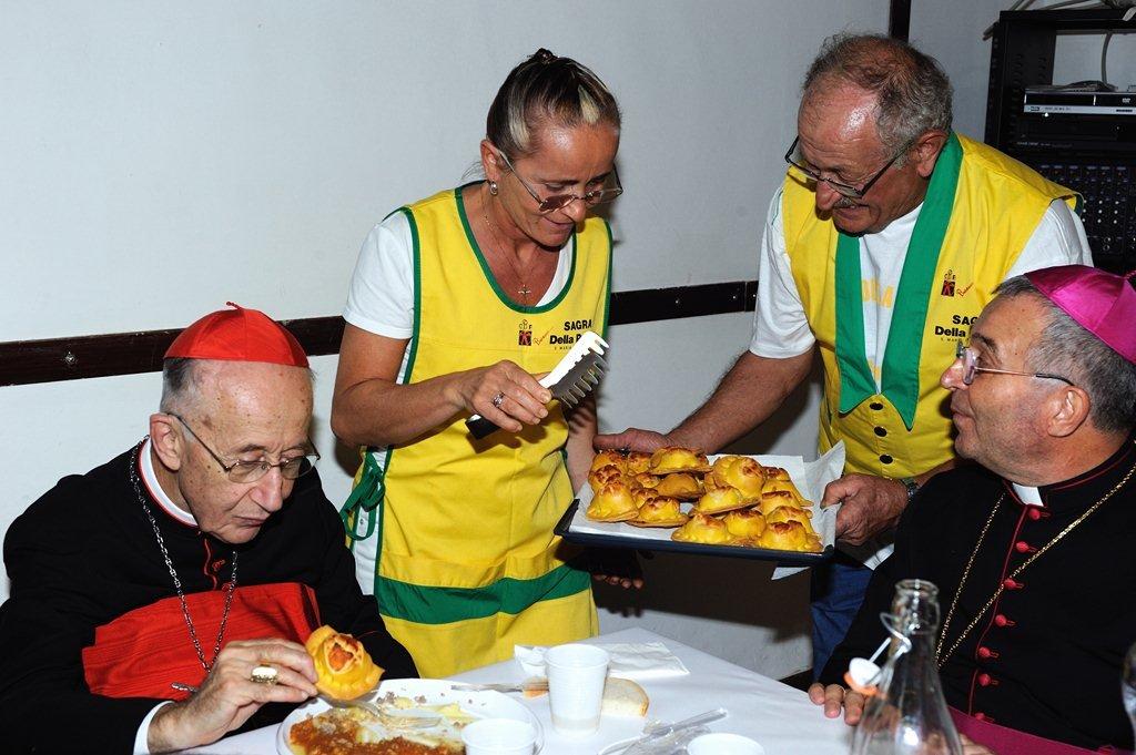 Il Cardinal Ruini e Monsignor Vecerrica gustano la polenta