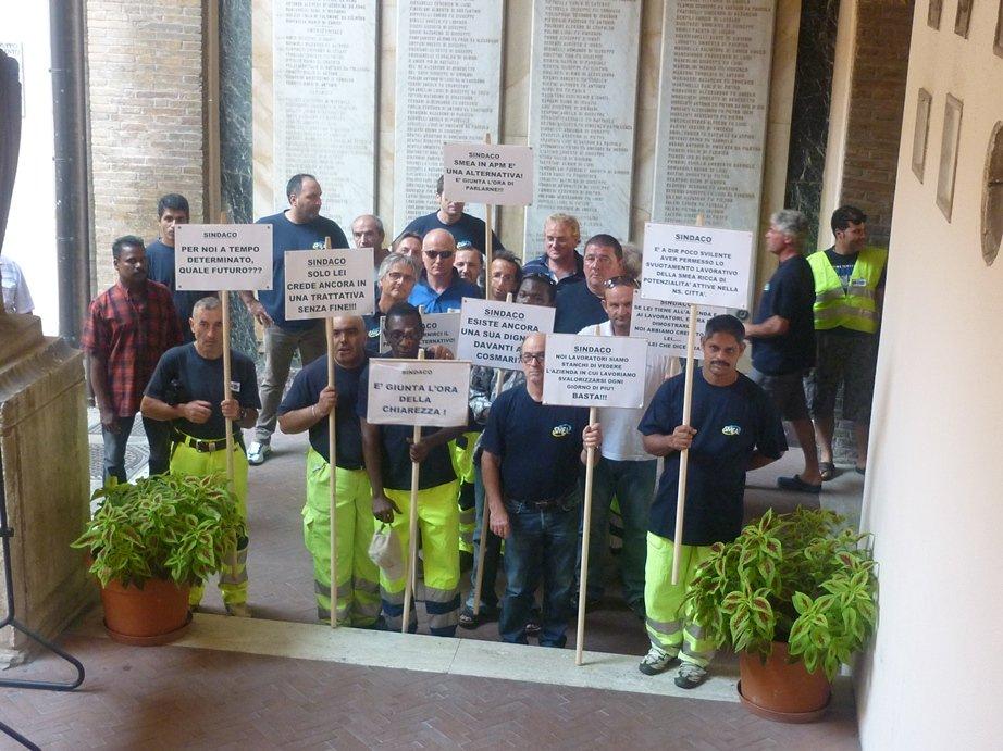 I dipendenti della Smea durante una protesta in Comune