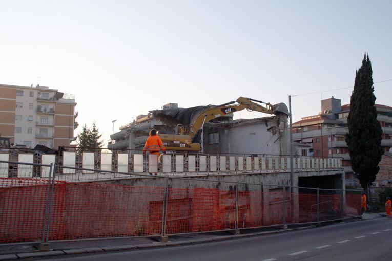 La demolizione del magazino ex Fiat in via dei Velini