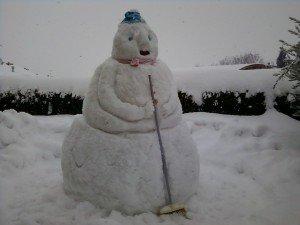 pupazzo-di-neve-fatto-da-Peppe-Sonia-eva-Scuppa-a-villa-Strada-di-Cingoli-alto-più-di-2-metri-foto-Sonia-Cutini-300x225