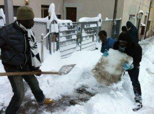 Alcuni ragazzi del Gus mentre spalano la neve durante la grande nevicata del febbraio 2012 a Macerata