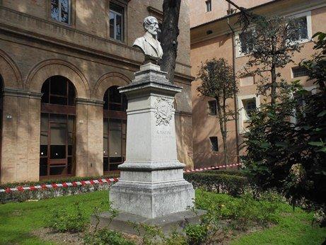 Il busto di Giuseppe Mazzini in largo Donatori del Sangue