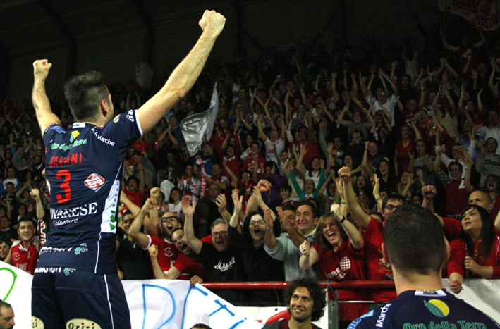 Cristian Savani festeggia la vittoria contro Cuneo dello scorso anno a Osimo. La Lube in finale vinse contro Trento e conquistò il suo secondo Scudetto
