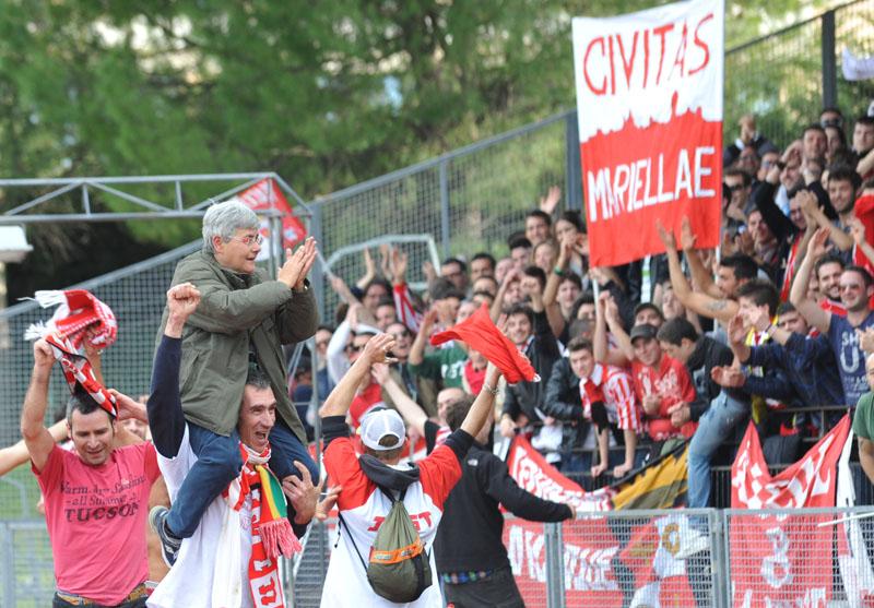 Marialla Tardella portata in trionfo dai tifosi della Maceratese