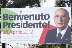 Il cartellone per la visita di Napolitano a Recanati