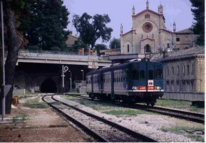 Un treno in arrivo alla stazione di Macerata