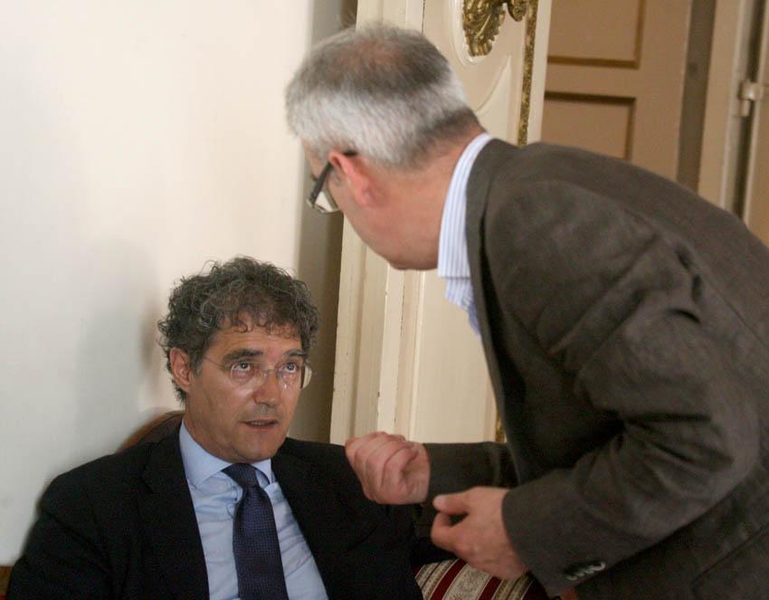 Bruno Mandrelli e Romano Carancini durante una discussione in Consiglio comunale