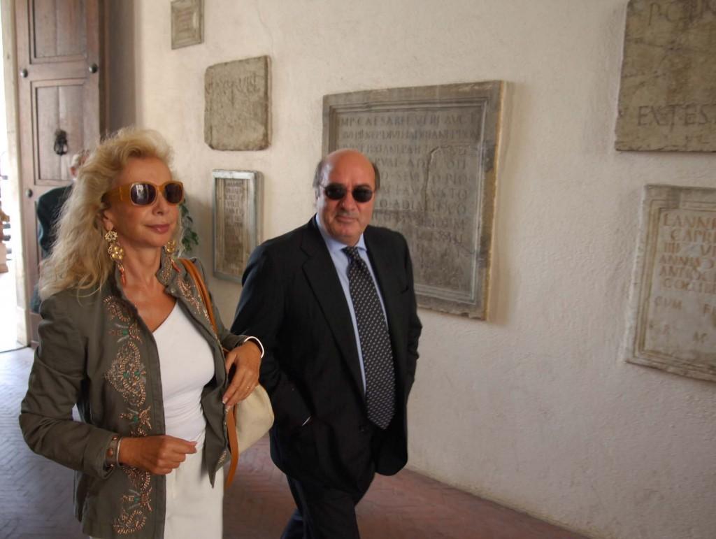 Dante Ferretti e la moglie Francesca Lo Schiavo, vincitori di tre premi Oscar, all'ingresso del Comune di Macerata