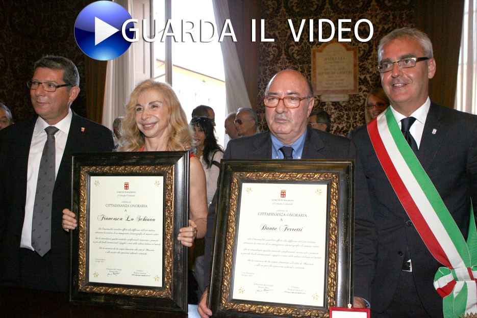 12 luglio 2012 - Dante Ferretti a spasso per il centro di Macerata dopo il conferimento della cittadinanza onoraria (clicca sull'immagine per guardare il video)