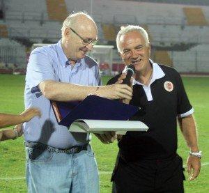 Massimo Silva premiato dal ds della Maceratese Claudio Cicchi