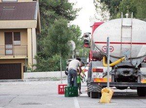 I cittadini si sono riforniti di acqua dalle autobotti messe a disposizione