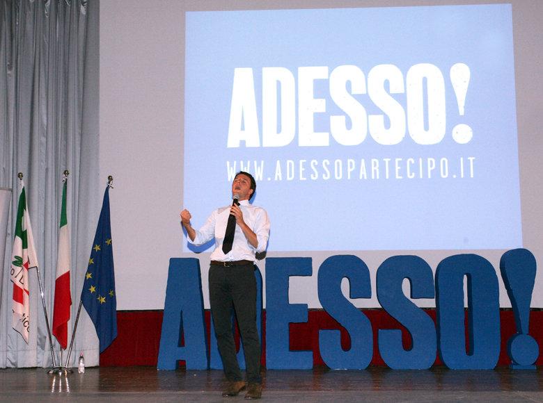 Matteo Renzi durante l'incontro al Cinema Italia di Macerata