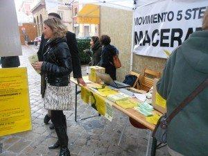 Uno stand del Movimento 5 stelle a Macerata