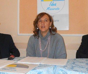 Deborah Pantana durante una conferenza di Pensare Macerata