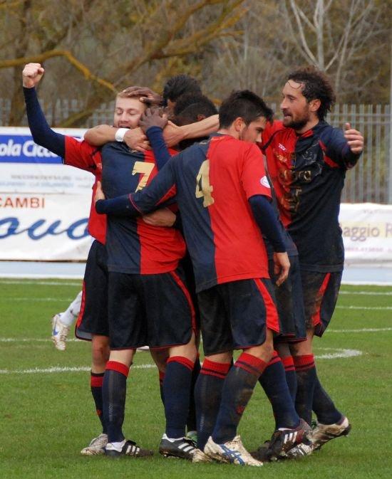 I giocatori della Civitanovese si abbracciano dopo un gol