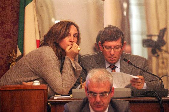 IN AULA - Il vicepresidente del Consiglio comunale Deborah Pantana con il presidente Romano Mari. Davnti il sindaco Carancini