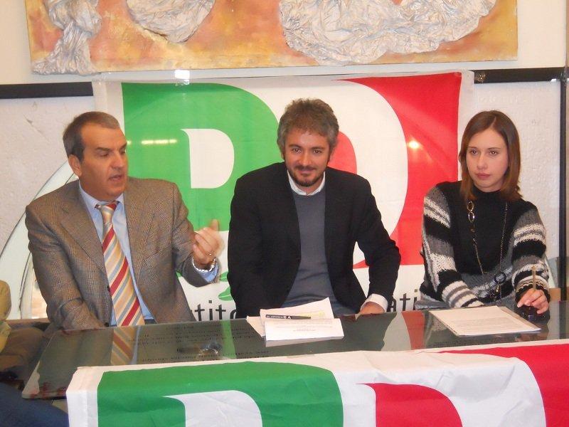 Sa sinistra: Mario Morgoni, Nicola Perfetti e Alessia Scoccianti durante una conferenza stampa dei renziani