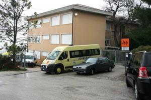 Il parcheggio della scuola di via Fratelli Cervi a Macerata