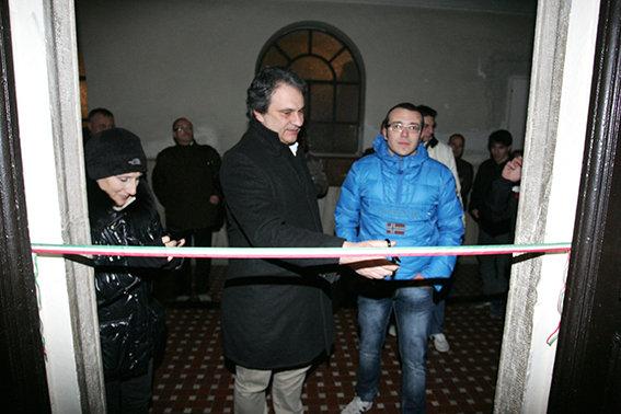 Roberto Fiore con il coordinatore provinciale di Fn Tommaso Golini durante l'inaufurazione della sede di Macerata