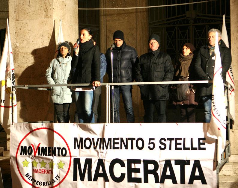 Un comizio del Movimento in 5 Stelle in piazza Battisti durante la campagna elettorale delle Politiche 2013 con l'attuale deputata Donatella Agostinelli