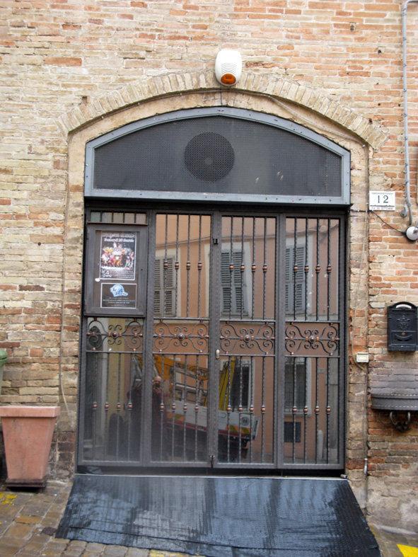 """L'ingresso de """"Le Quattro Porte"""", nel centro storico di Macerata"""