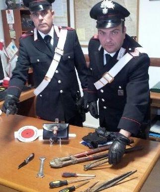 Gli attrezzi sequestrati dai carabinieri di Montecosaro