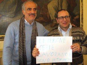 Il sindaco Tommaso Corvatta e il vice Giulio Silenzi con il manifesto di risposta al gesto dell'opposizione