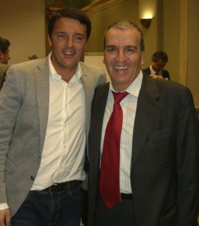 Il Senatore Mario Morgoni, in una foto di repertorio con Matteo Renzi.