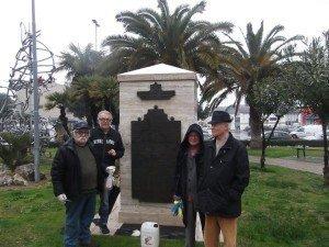 Il monumento ripulito da Giancarlo Berdini, Amedeo Regini, Anita Pantanetti e Giovanni Luciani