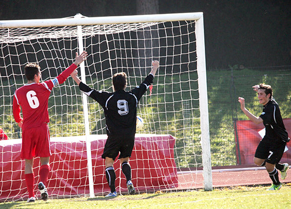 Mario Orta festeggia il gol