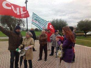 Un presidio dei sindacati davanti alla sede di Banca delle Marche