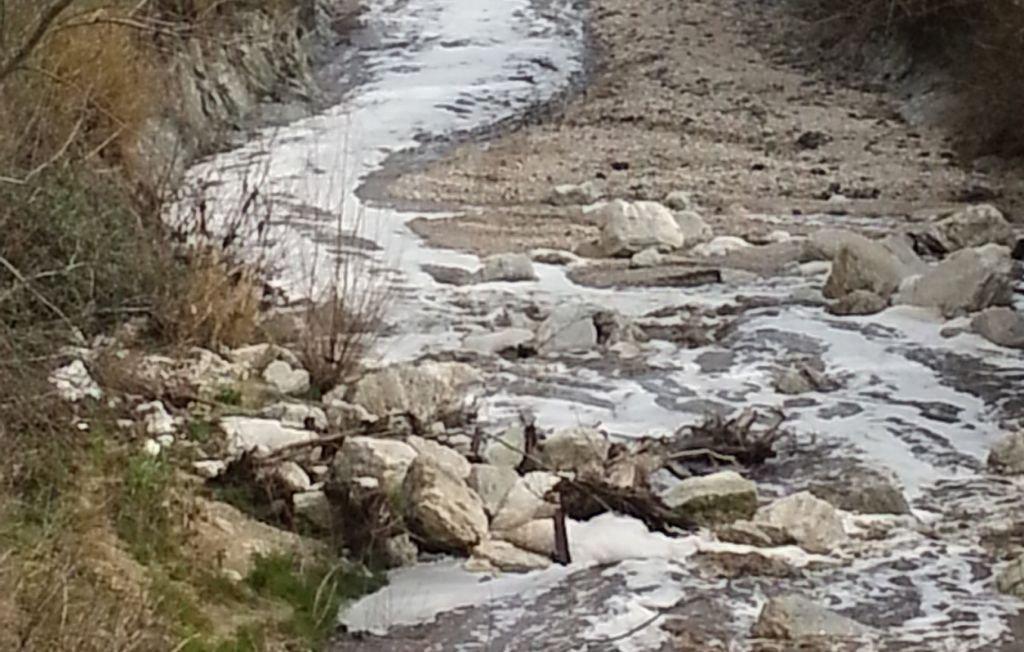 Il liquido nerastro nel torrente Fiastra