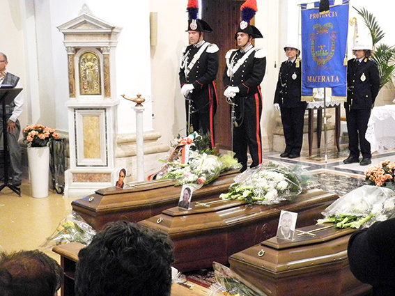 Il funerale di Anna Maria Sopranzi, Romeo Dionisi e Giuseppe Sopranzi nella chiesa di Sam Pietro