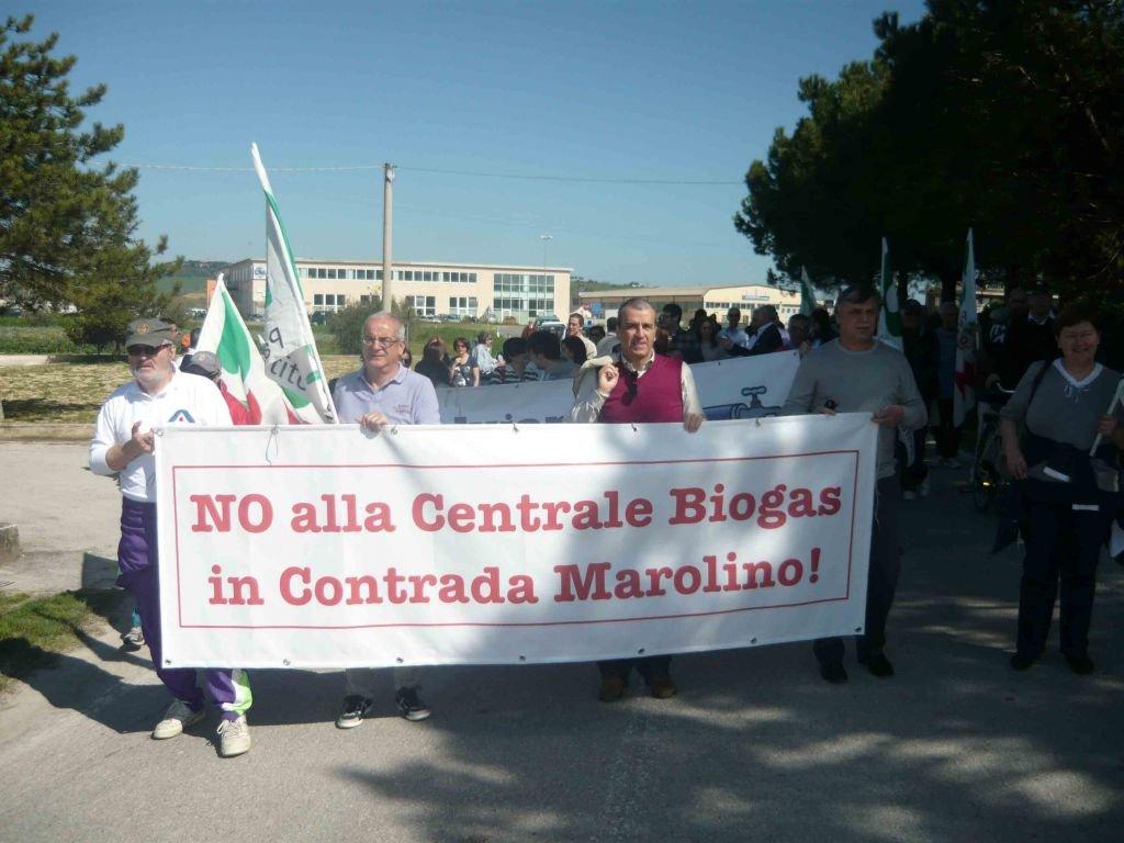 Il senatore Mario Morgoni al corteo contro il biogas a Potenza Picena